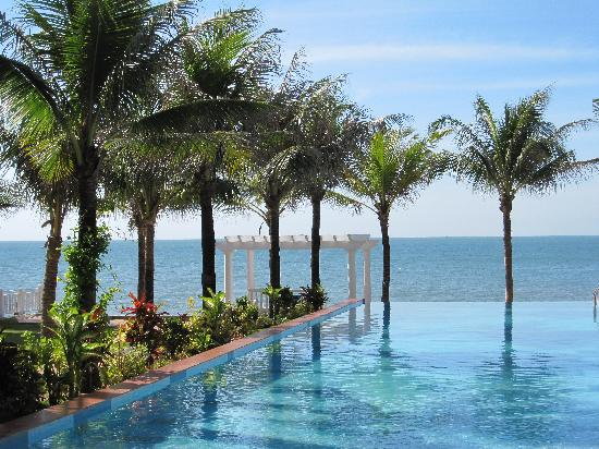 Grace Boutique Resort : Infinity pool opens to the sea