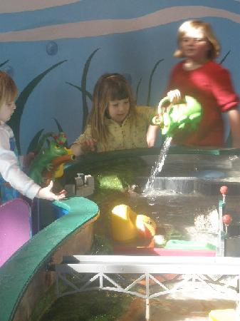 Children's Museum of Richmond: At the water tables