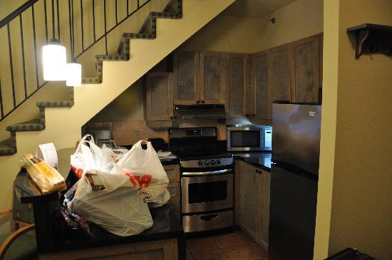 Residence Inn Mont Tremblant Manoir Labelle: Kitchen of bi-level suite.