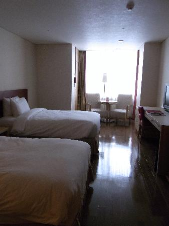 Ramada Hotel and Suites Seoul Namdaemun: 広ーいツインの部屋