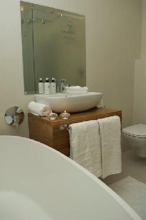 Grande Kloof Boutique Hotel: Top Floor Suite Bathroom example