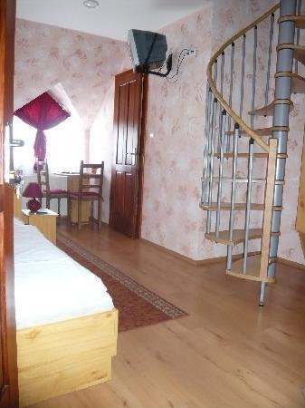 Engler Hotel Etterem: Untere Etage der 4 und 7-Bett Zimmer