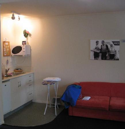 Ann's Volcanic Rotorua Motel and Serviced Apartments: Sitting and kitchenette area