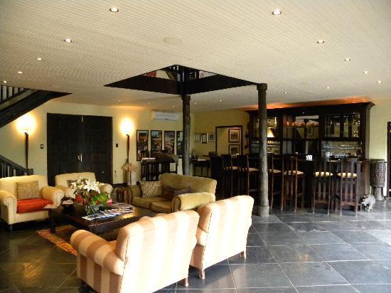 Kichaka Luxury Game Lodge: The cosy bar area