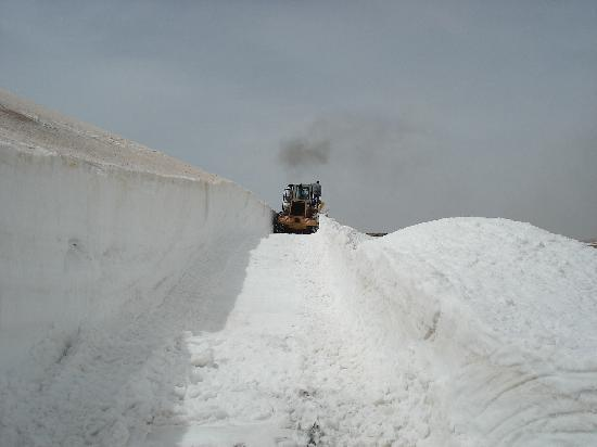Libanon: Snow plow in action - Aaynata/Bcharre Pass