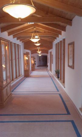 Singer Sporthotel & SPA : couloir pour aller de l'hotel au spa