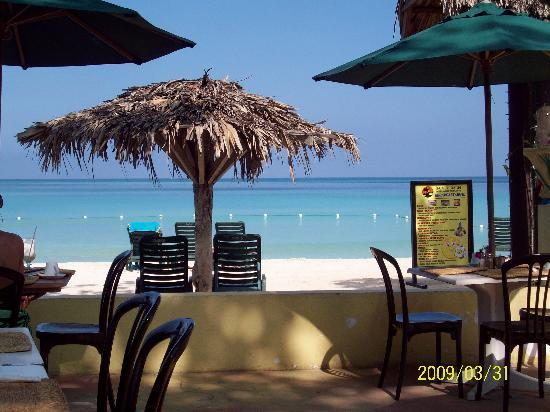 Bar-B-Barn: Breakfast on the beach