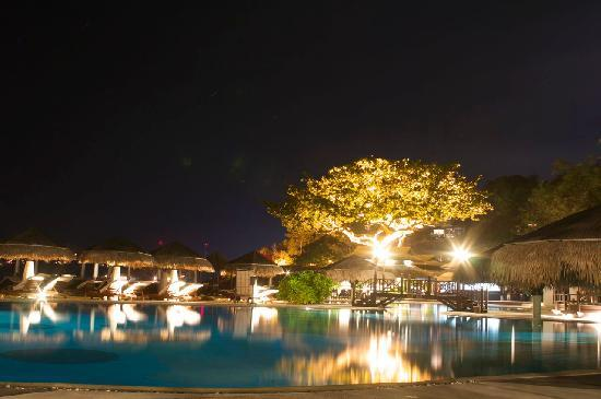 The Tongsai Bay: Poolside bar by night