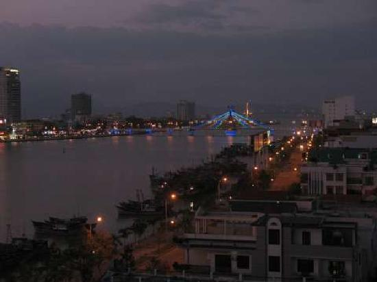Danang Riverside Hotel: Blick über Da Nang aus dem Zimmer