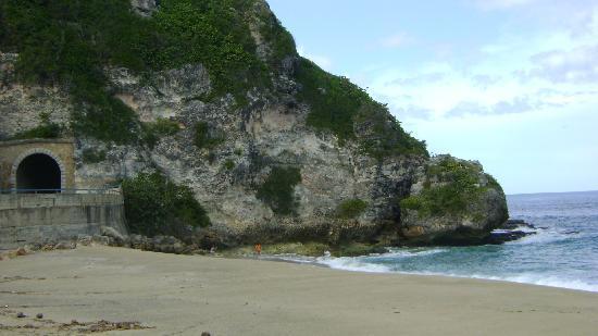 Quebradillas, Puerto Rico: vista desde la playa hacia el area del tunel
