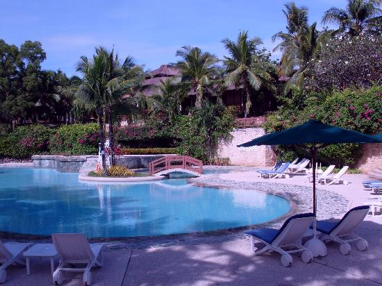 Alegre Beach Resort: by the pool