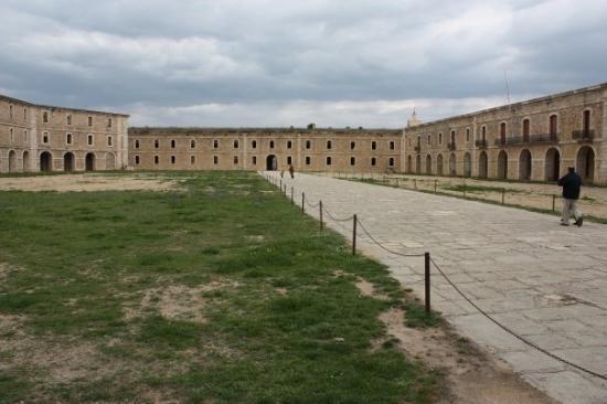 Castillo de San Fernando: Plaza central de la fortaleza