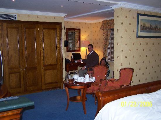 Parkes Hotel: room