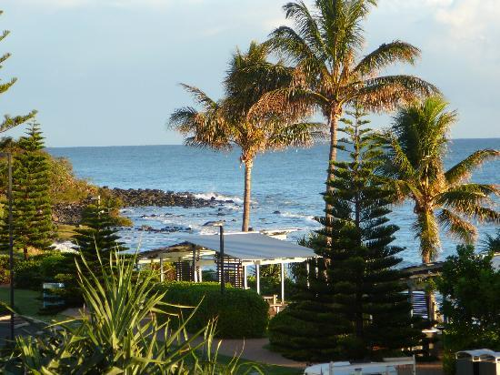 Kacy's Bargara Beach Motel Complex: You can't get much closer to the ocean than this . !!