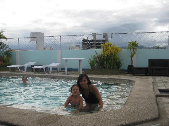 Cebu Grand Hotel: Good size pool.