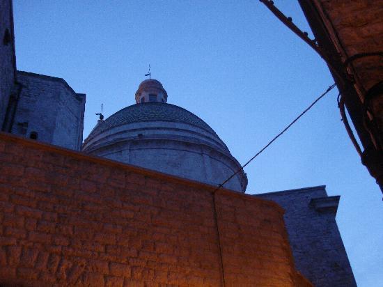 Bed and Breakfast Bari F.G.: Cupola della Cattedrale al tramonto