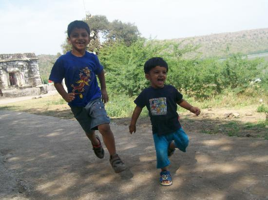 Lonar, Ινδία: Junior team members having fun by chasing the bird around