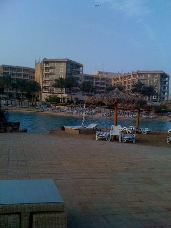 Hurghada Marriott Beach Resort: View of the hotel from the island