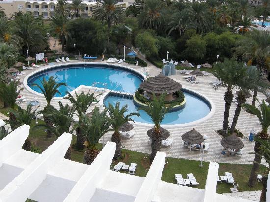 Hotel Marhaba: het echte zwembad en niet zoals afgebeeld in folders
