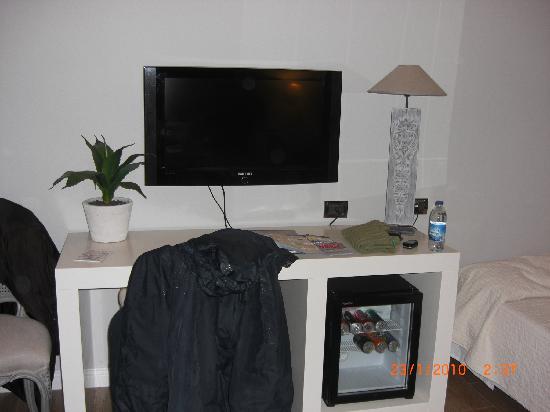 lcd,scrivania e frigobar - Foto di B&B Maxim, Palermo - TripAdvisor