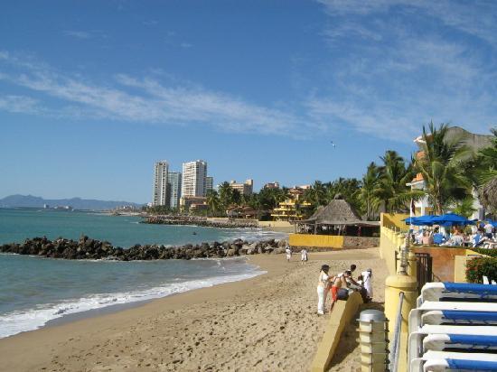 Plaza Pelicanos Grand Beach Resort: Small beach in front of hotel