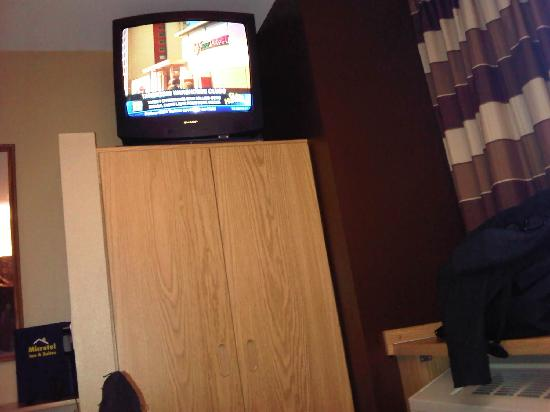 Quality Inn: Tube TV perched high in our room