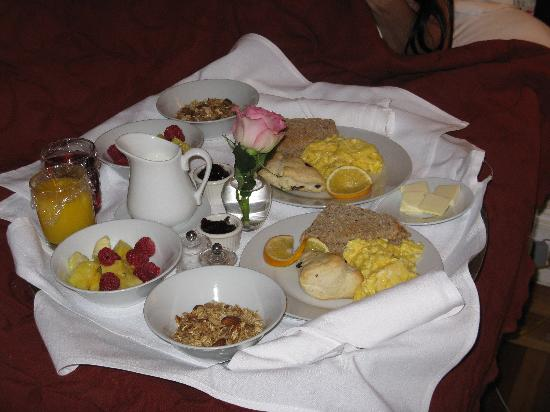 Bee and Thistle Inn and Lounge: breakfast in bed