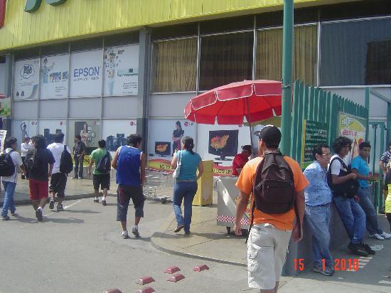 El Buen Mochilero Backpackers Hostel: Supermercado METRO