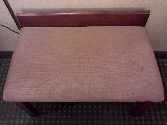 Quality Inn: Stained bench in room