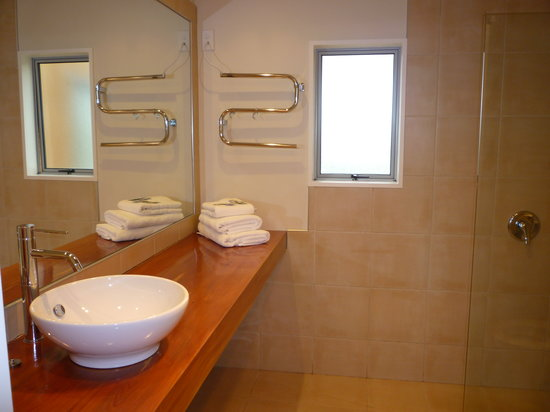 Curio Bay Accommodation: Bathroom