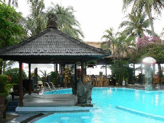 โรงแรมอดิรามาบีช: Cool by the pool