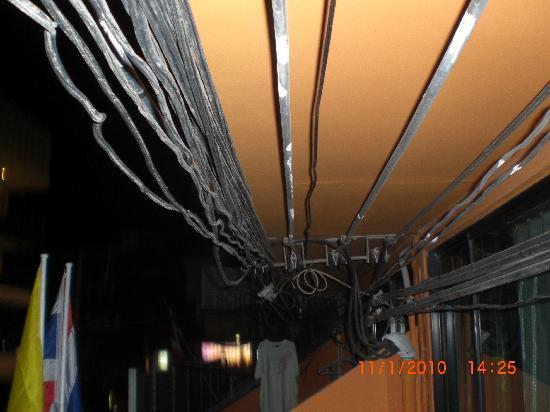Amanta House : cables on the porch ceiling