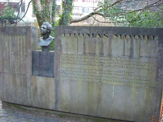 """Avoca, Irland: a monument to Thomas Moore at the site that inspired him, """"the meeting of the waters"""" or """"Cumar"""