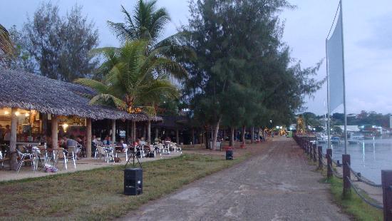 مانجويز ريزورت: free movies and dinner at the very relaxed nambawan cafe on the foreshore with beautiful port vi