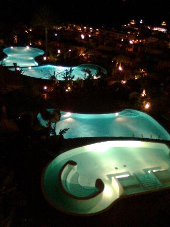 Vincci Selección La Plantación del Sur: las piscinas de noche
