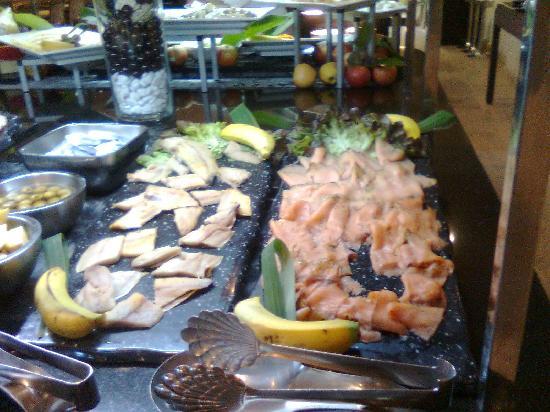 Vincci Selección La Plantación del Sur: salmon en el buffet de desayuno