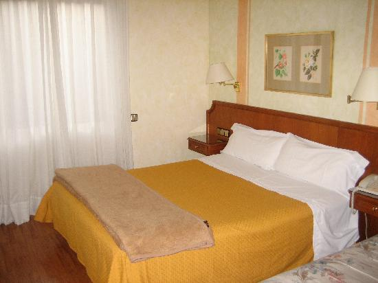 Regencia Colon Hotel: Our bedroom with a double and single bed