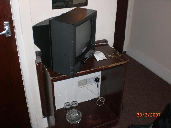 Aquarius Hotel: Fernseher mit ramponiertem Untersatz