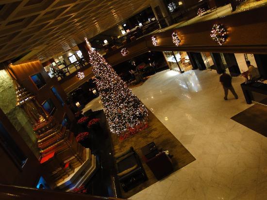 Royal Orchid Sheraton Hotel & Towers: hall con albero di natale