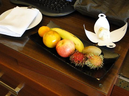Royal Orchid Sheraton Hotel & Towers : frutta e cioccolata in camera