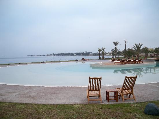La Hacienda Bahia Paracas: calm morning water
