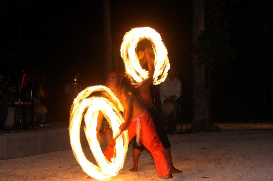 Dos Palmas Island Resort & Spa: fire dancing show after dinner
