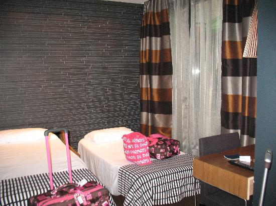 Wilson Boutique Hotel: Living area set up with pullout couch and rollaway