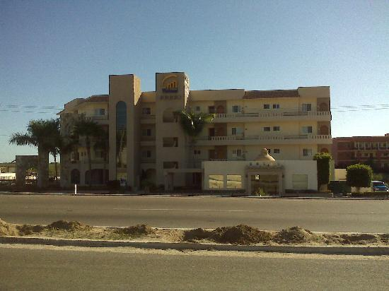 El Ameyal Hotel & Family Suites: Vistazul @ bus stop across freeway