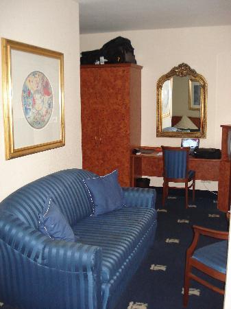 Altstadthotel St. Georg : Room 104 - Sofa, Desk, Minibar & TV