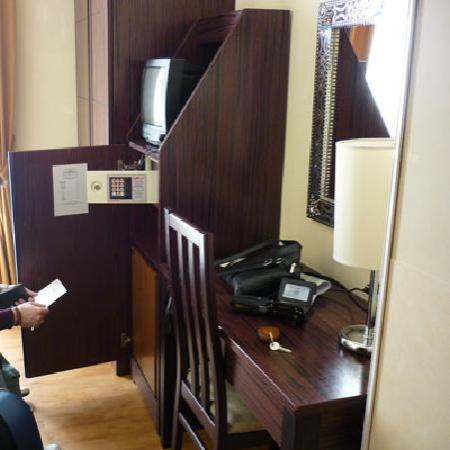 Hotel Novecento: Armadio, tv, cassaforte e scrivania