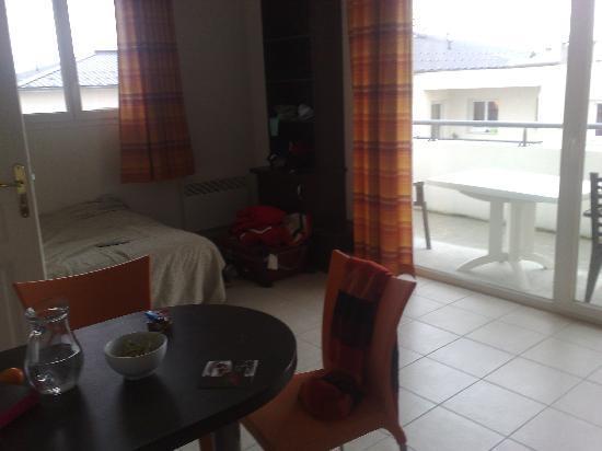 Appart'City Thonon-les-Bains : salon con amplia terraza