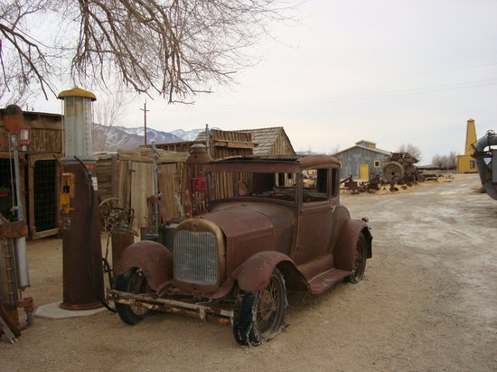 Bishop, Kaliforniya: Model A and antique gas pump on the museum grounds.