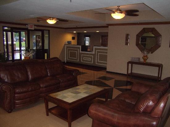 Holiday Inn Express Three Rivers: Warm and inviting lobby area