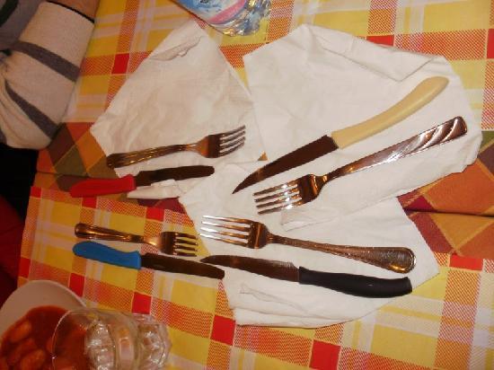 Binario 4: eravamo in 4. 4 forchette e 4 coltelli diversi!